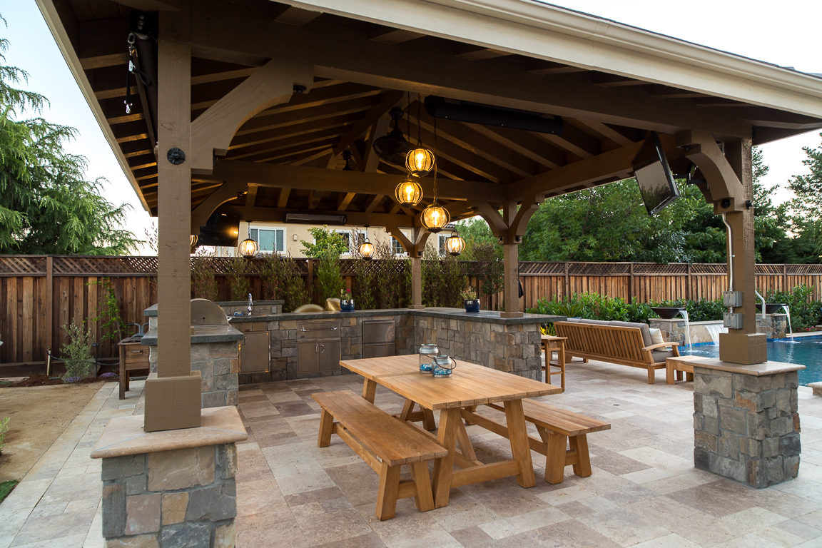 outdoor kitchen with natural stone hardscaping and accent work